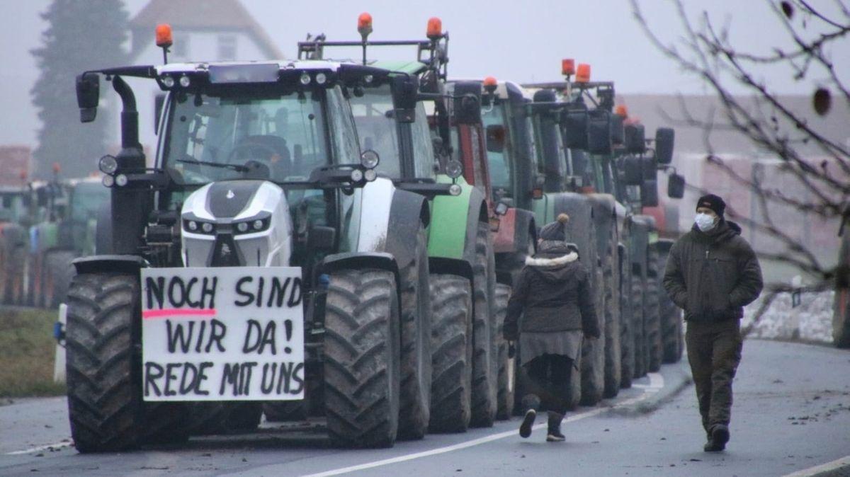 Landwirte blockieren Aldi-Zentrallager in Helmstadt