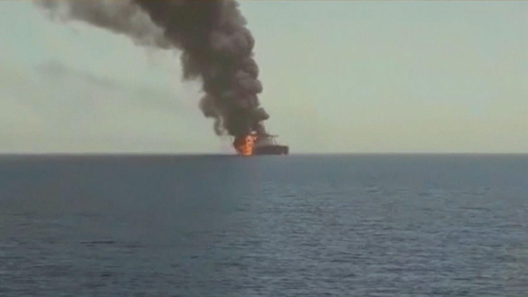 Im Golf von Oman sind offenbar erneut zwei Handelsschiffe angegriffen worden.