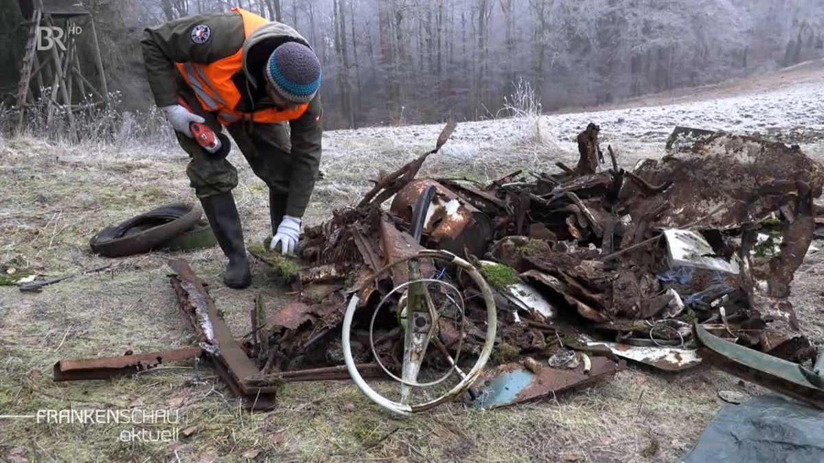 Autoschrott im Wald bei Fladungen