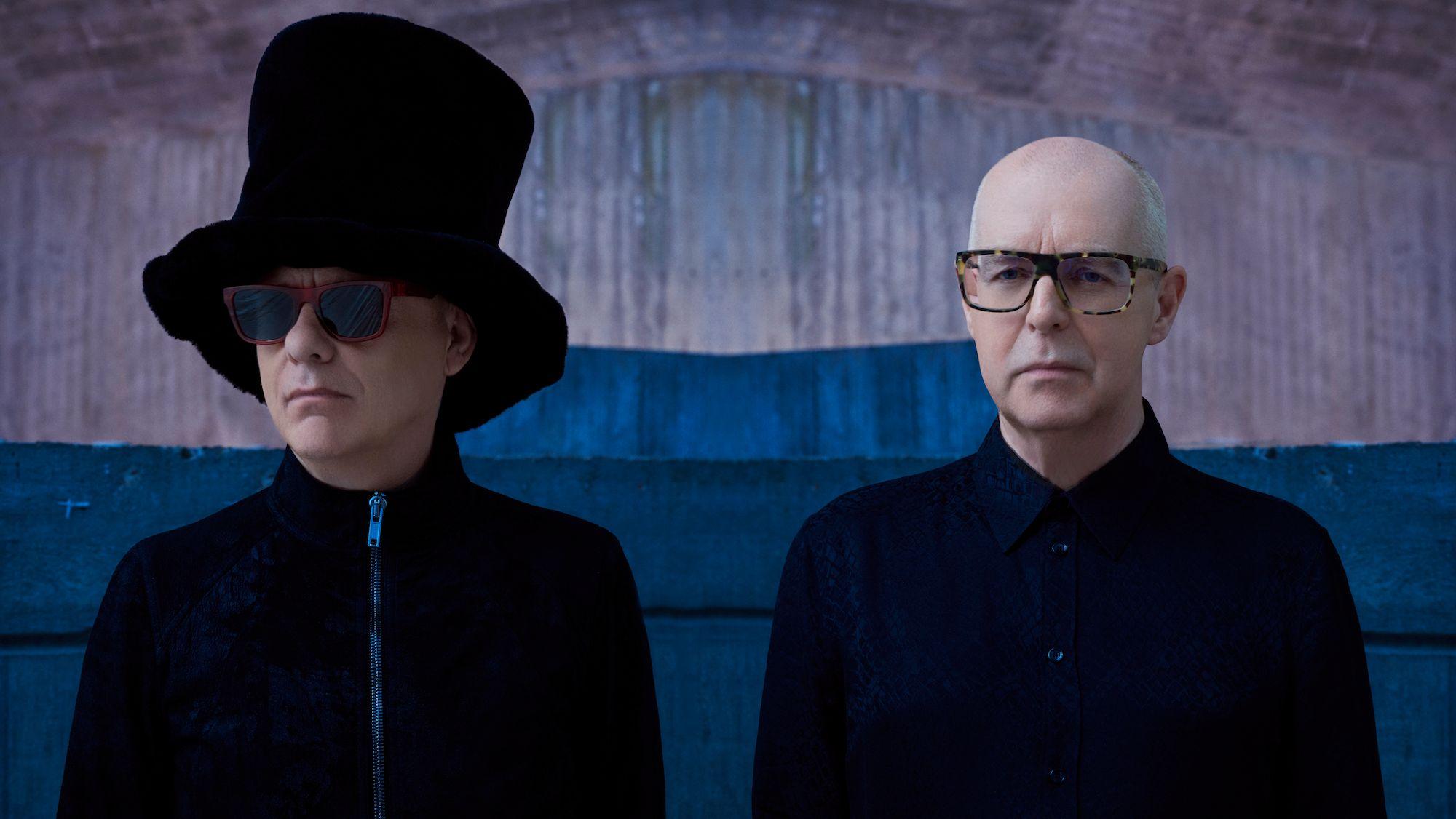 Die Pet Shop Boys aka Neil Tennant und Chris Lowe posieren vor einer Betonwand