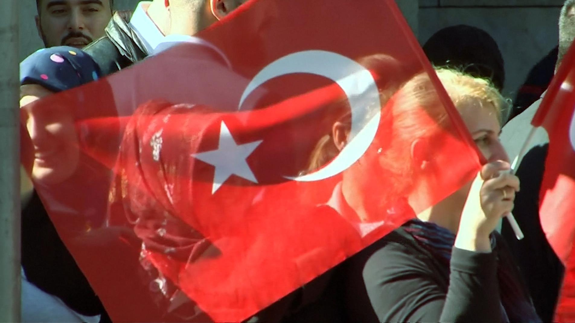 Zuschauer wedeln in Berlin die türkische Staatsfahne