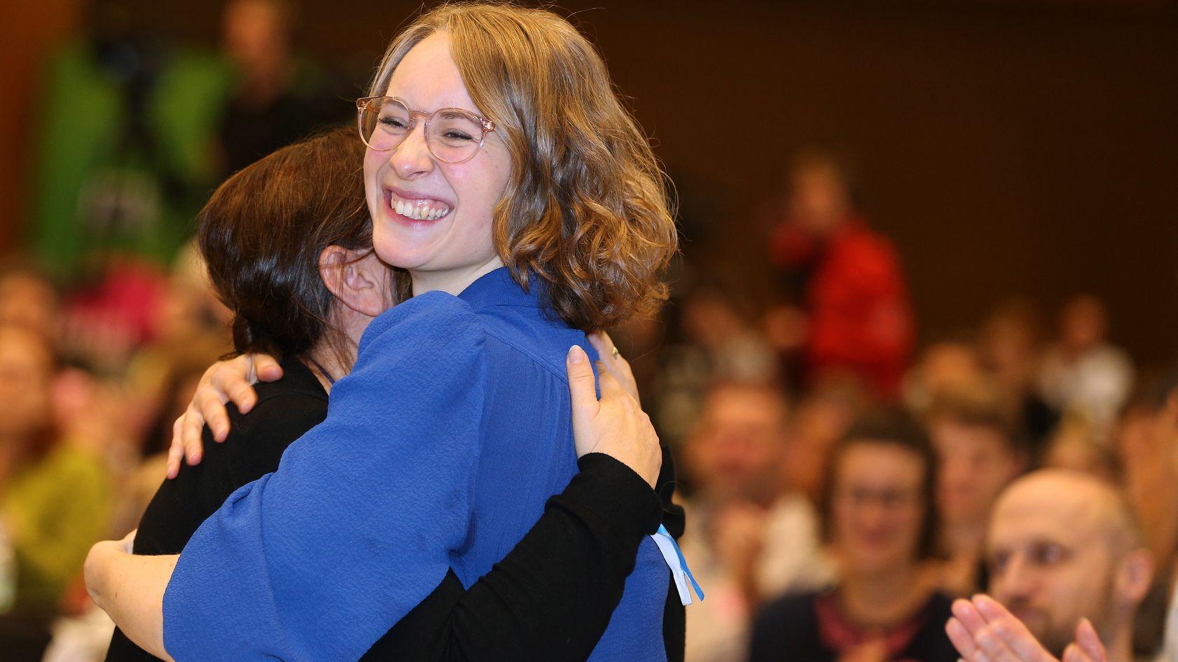 Eva Lettenbauer wird nach erfolgreicher Wahl umarmt.