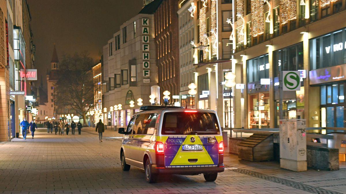 Symbolbild: Polizeifahrzeug nachts in der Münchner Innenstadt