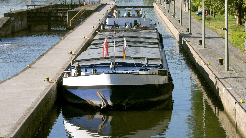 Ein Frachtschiff in einer Schleuse (Symbolbild).
