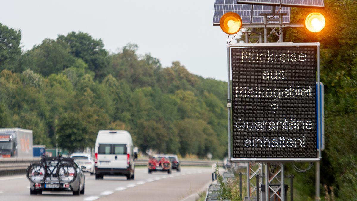 """Leuchttafel """"Rückreise aus Risikogebiet? Quarantäne einhalten!"""" an der Autobahn"""