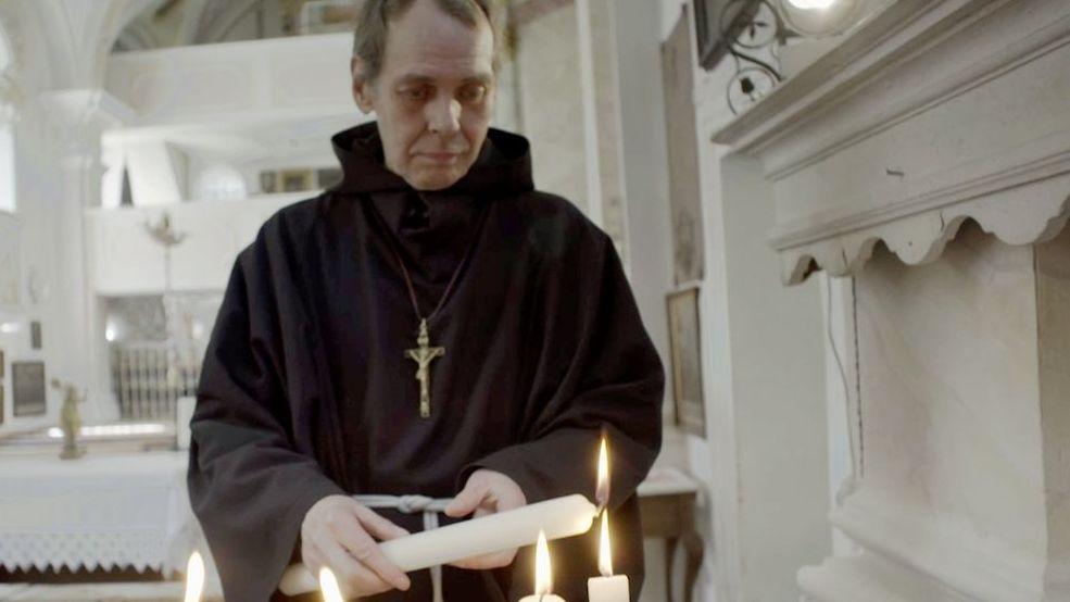 Bruder Damian zündet in der Wallfahrtskirche Mariä Heimsuchung eine Kerze an