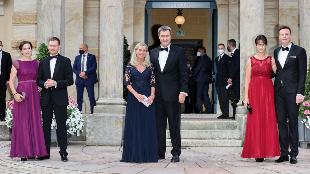 Posieren geht auch ohne roten Teppich: die Ministerpräsidenten Michael Kretschmer (Sachsen) Markus Söder (Bayern) und Tobias Hans (Saarland).