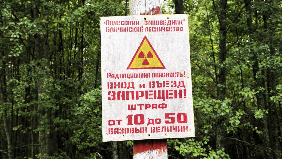 Ein Warnschild, weist auf die Gefahren durch die Strahlen hin.