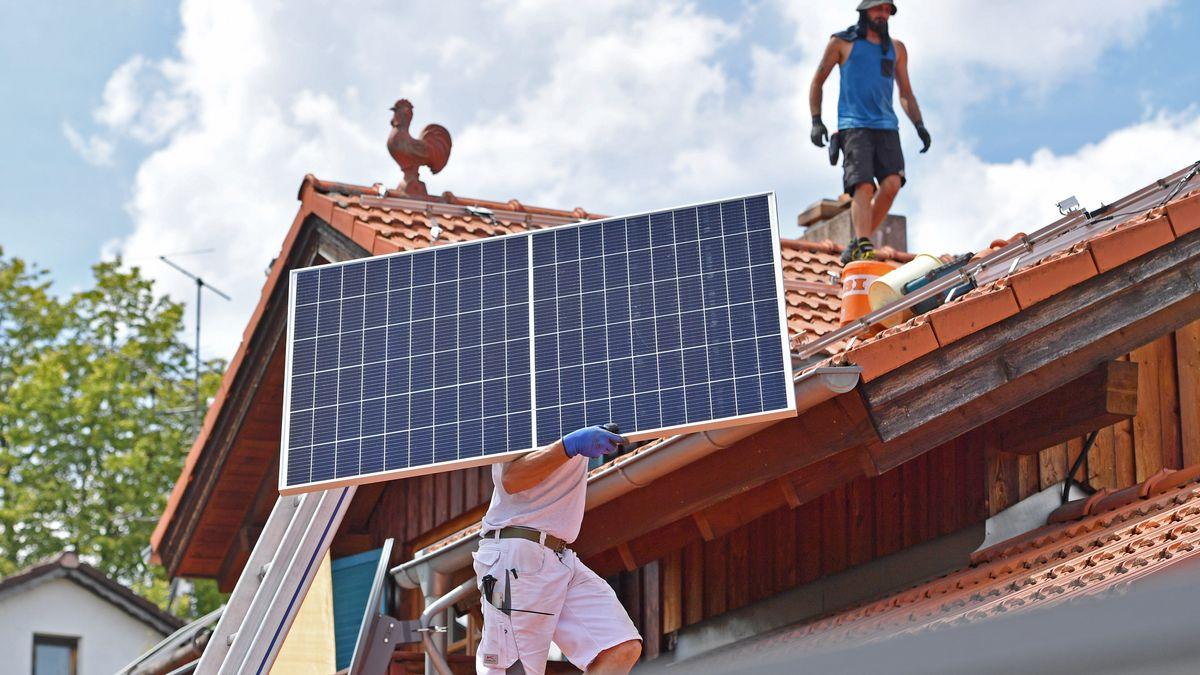 Montage von Solarmodulen auf einem Dach (Symbolbild).