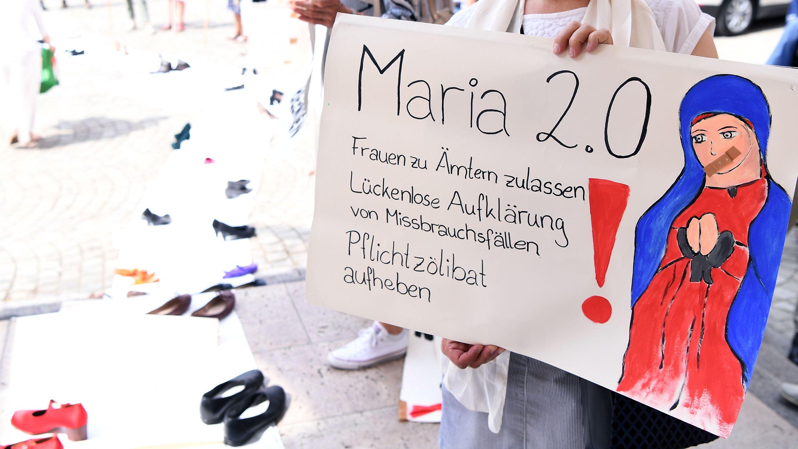 Eine Frau hält ein Protest-Plakat der Aktion Maria 2.0 des Katholischen Deutschen Frauenbund in ihrer Hand (KDFB)