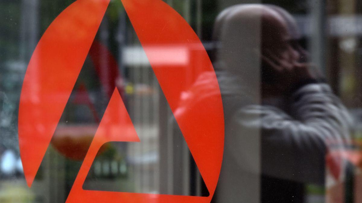 Das Logo der Agentur für Arbeit auf einer Fensterscheibe