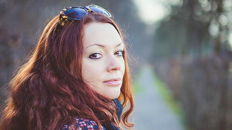 Die Autorin Zoe Beck mit Sonnenbrille im Abendlicht