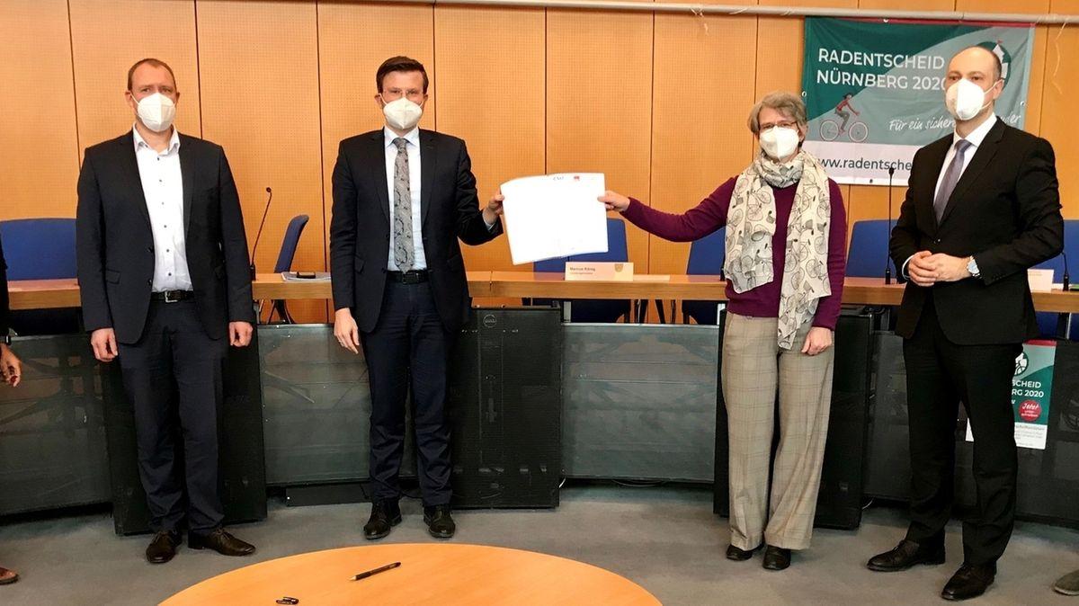 Rad-Botschafter und Rathaus-Politiker präsentieren den Mobilitätspakt, mit dem die Stadt Nürnberg die Weichen für die Verkehrswende stellt.