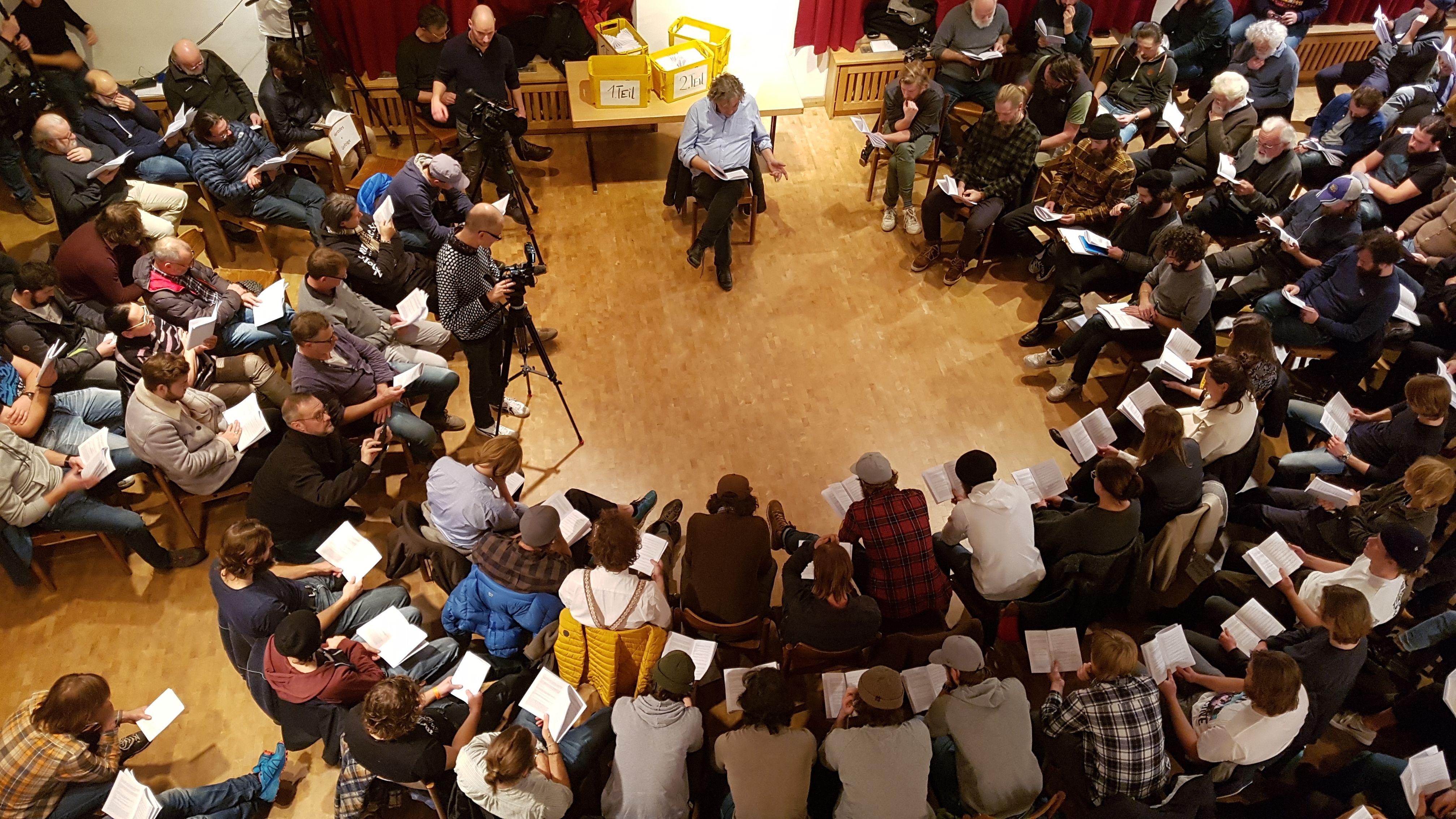 Leseproben für Passionsspiele Oberammergau 2020: Mitwirkende sitzen mit ihren Texten auf Stühlen im Kreis
