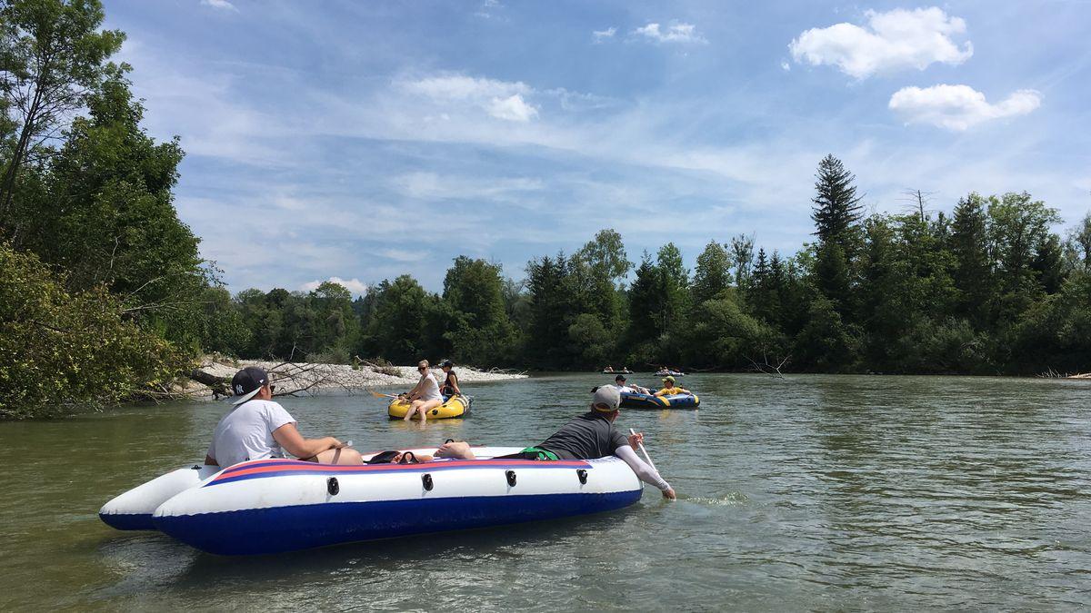 Mit teilweise kleinen Paddeln müssen die Bootsfahrer oft panisch rudern, um nicht am Ufer unter Büsche und Äste getrieben zu werden.