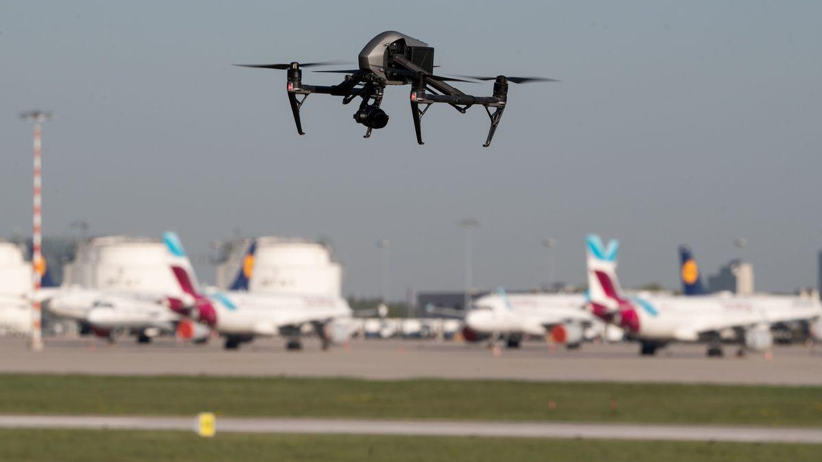 Eine Drohne nähert sich mehreren Flugzeugen, die auf dem Rollfeld stehen