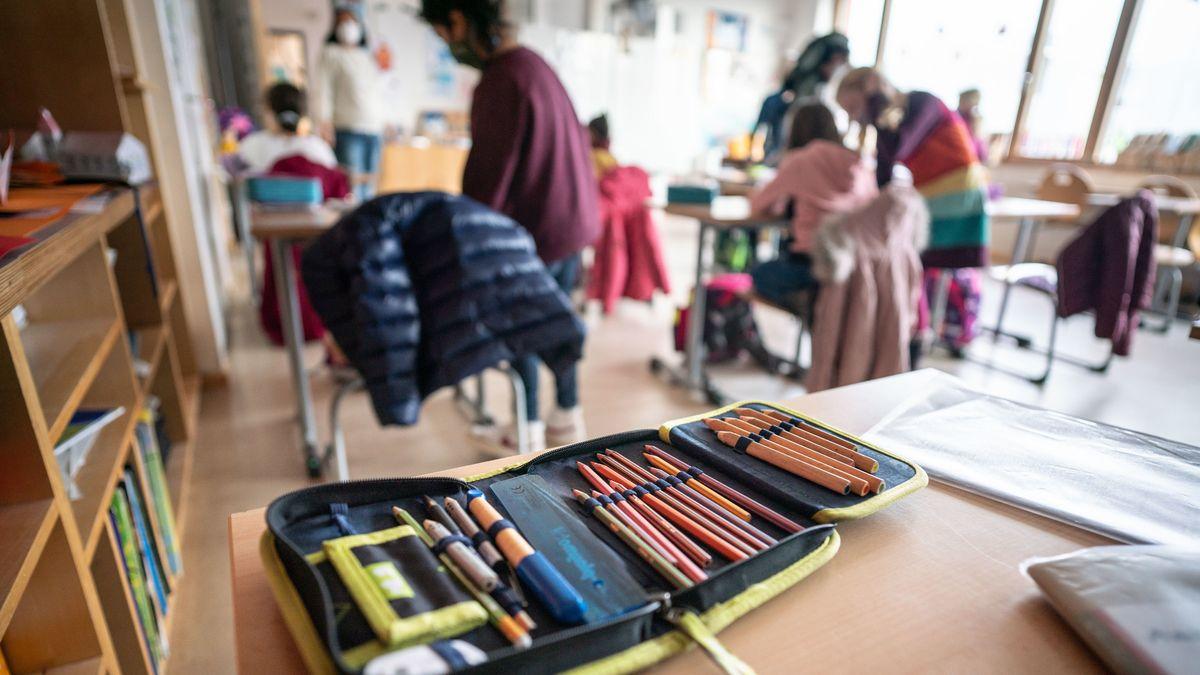 Ein Federmäppchen auf einem Tisch in einem Klassenzimmer
