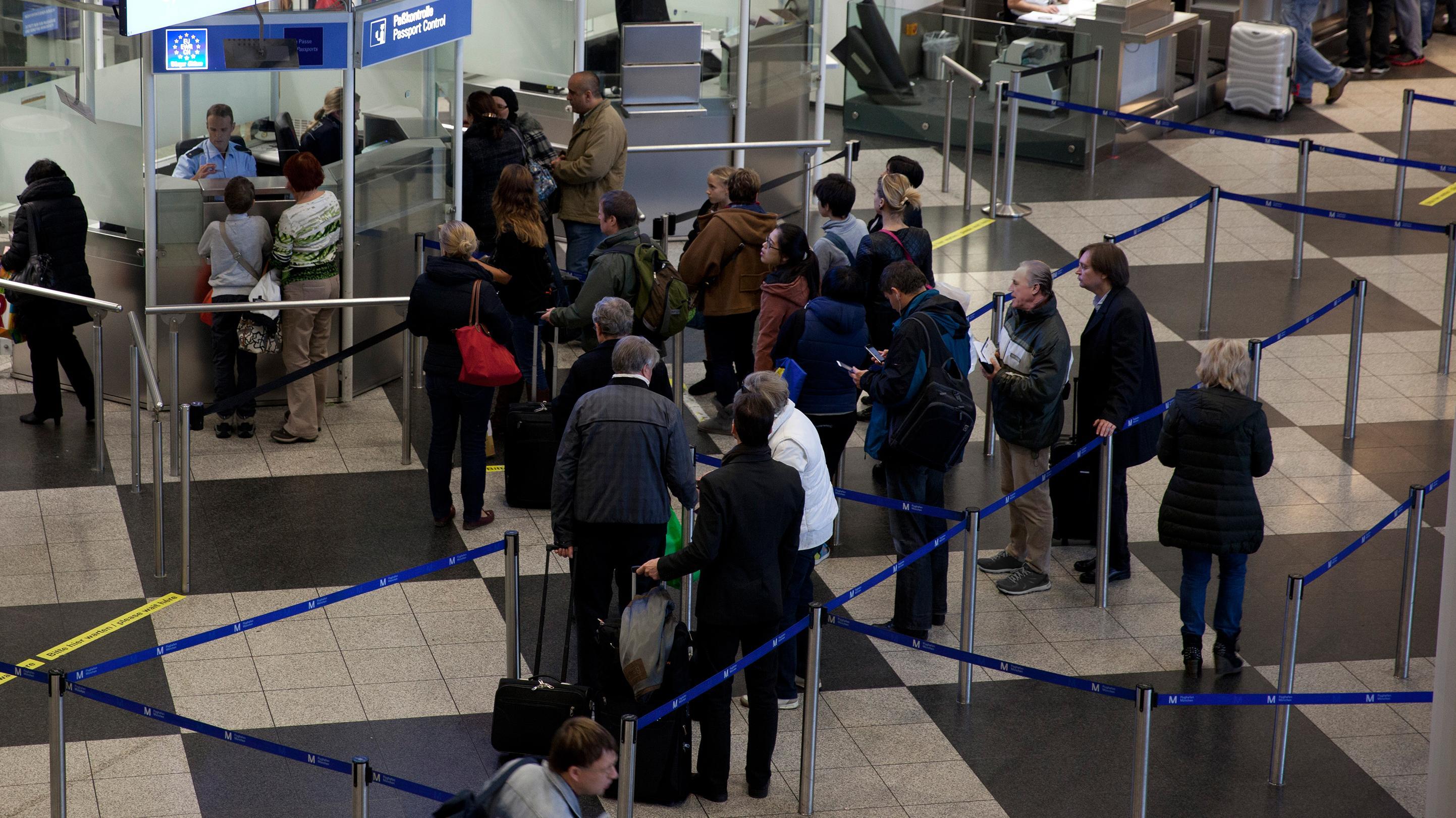 Passkontrolle am Flughafen in München.