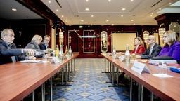 Tarifverhandlungen in Berlin, Foto vom 12.12.2018: Verhandler der EVG (links) mit Regina Rusch-Ziemba, EVG-Verhandlungsführerin (l. Mitte) und der Deutschen Bahn mit Martin Seiler (r. Mitte). | Bild:Christoph Soeder/dpa-Bildfunk