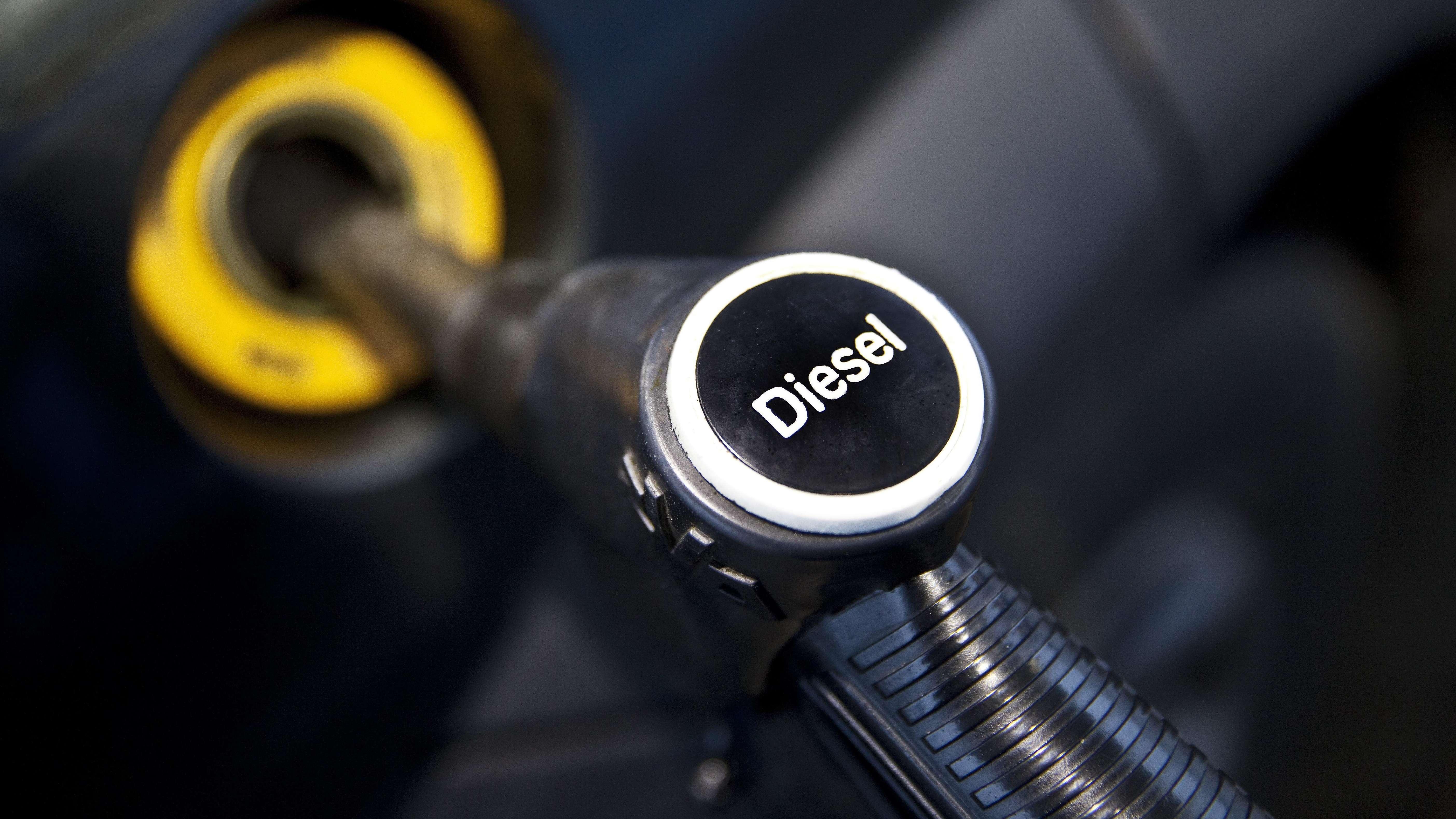 """Ein Zapfhahn an einer Tankstelle mit dem Aufdruck """"Diesel""""."""