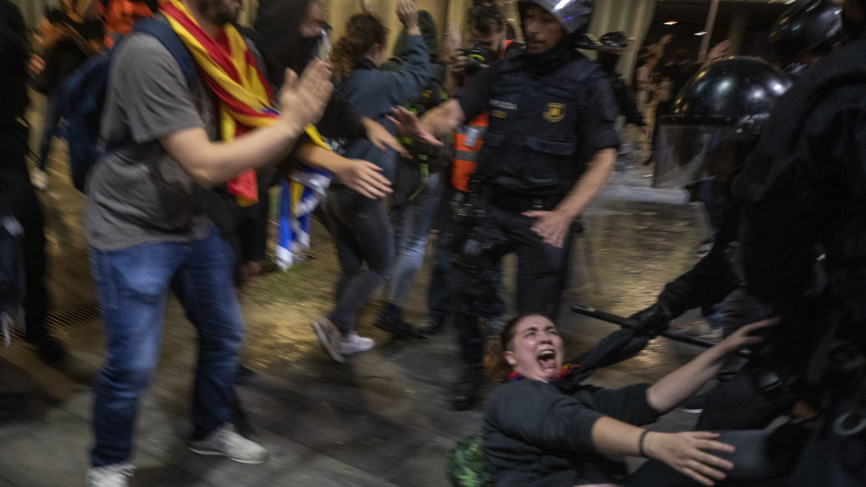 Polizisten und Demonstranten geraten bei Protesten am Flughafen von Barcelona aneinander