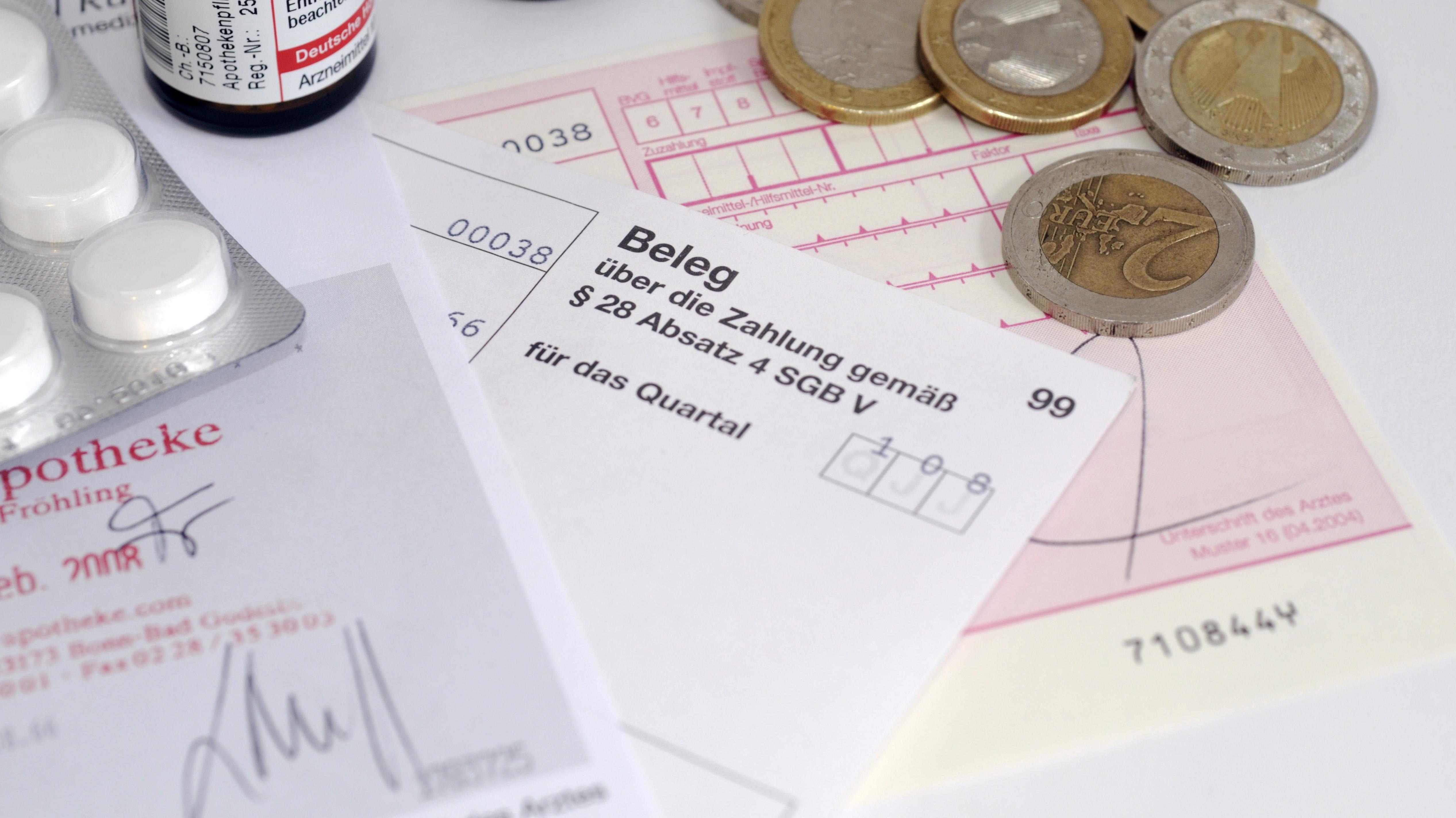 Symbolbild mit Kassenrezept, Tabletten und Geld