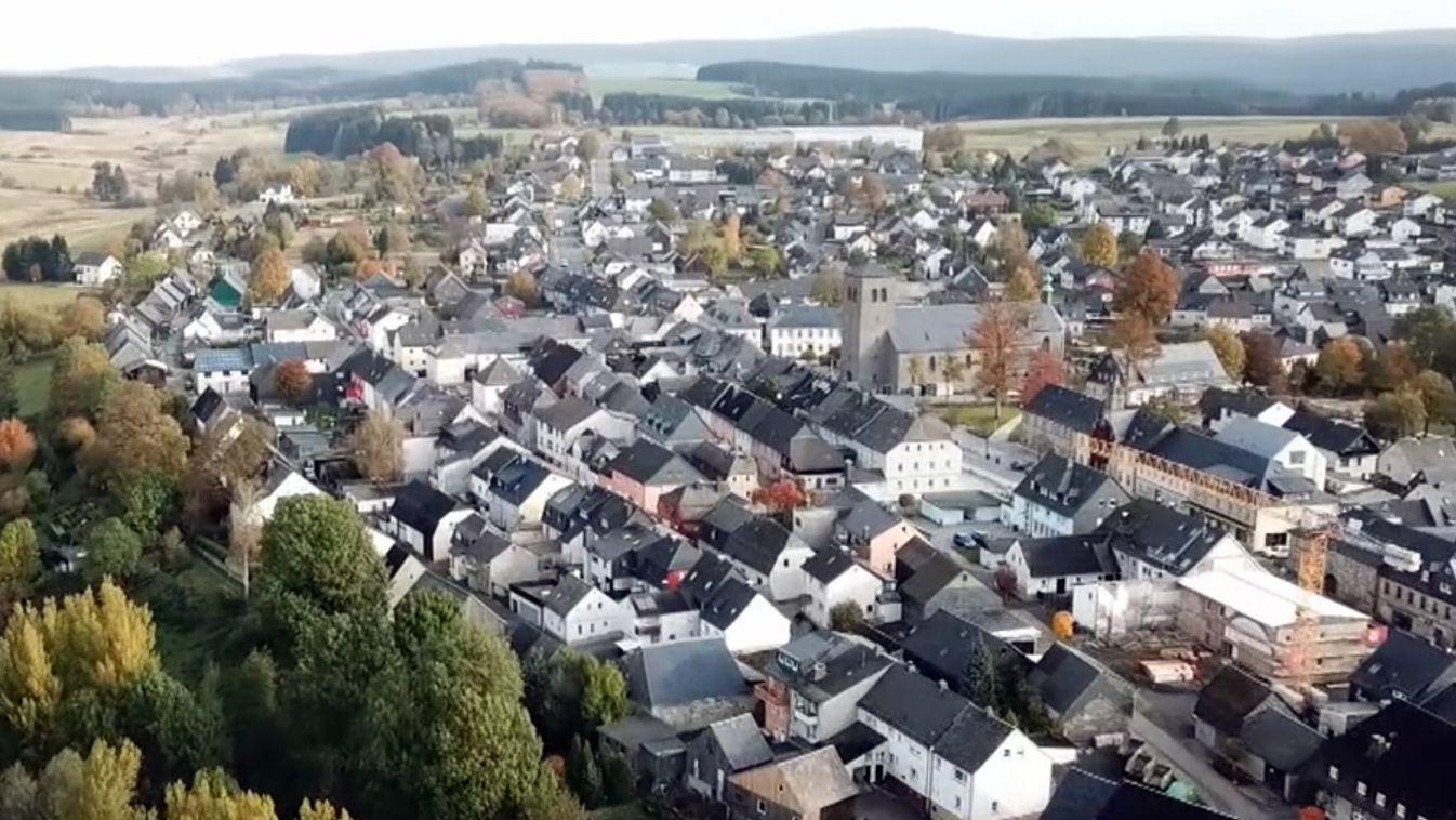 Blick auf die Stadtlandschaft von Teuschnitz mit den vielen schwarzen Hausdächern.