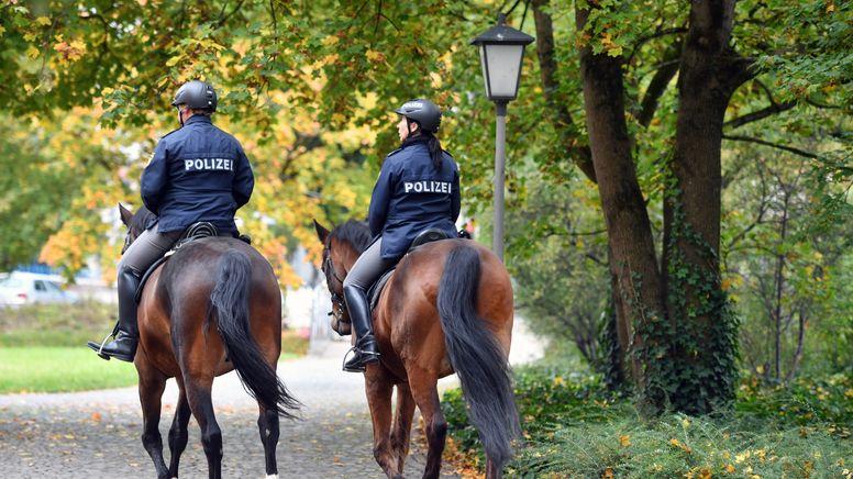 Zwei berittene Polizisten (Symbolbild)   Bild:pa/dpa/SvenSimon   Frank Hoermann