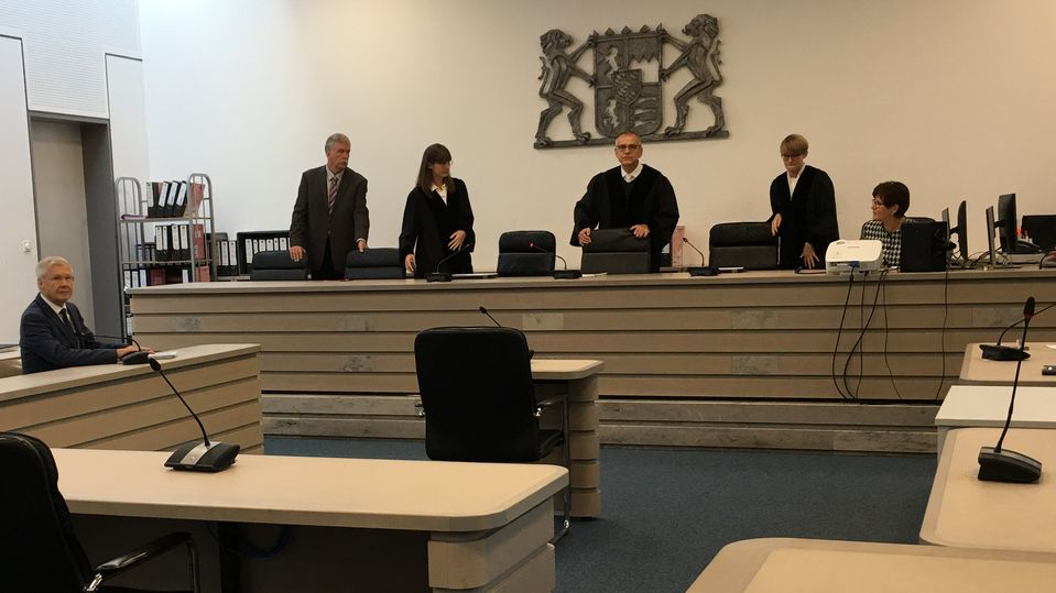 Richter nehmen Platz im Gerichtssaal mit Ex-OB Alfred Lehmann auf der Anklagebank
