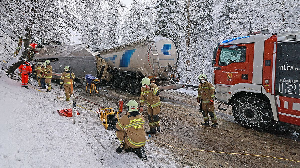 Rettungskräfte von Feuerwehr und Bayerischem Roten Kreuz an der Unfallstelle.