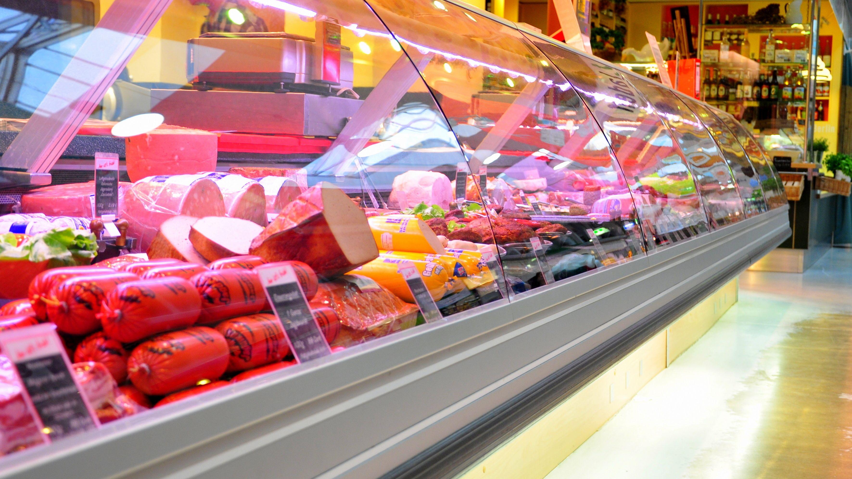 Eine Fleischtheke in einem deutschen Supermarkt.