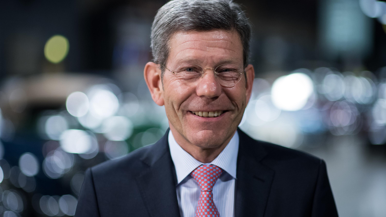 Bernhard Mattes, Präsident des Verbandes der Automobilindustrie, schaut in die Kamera.