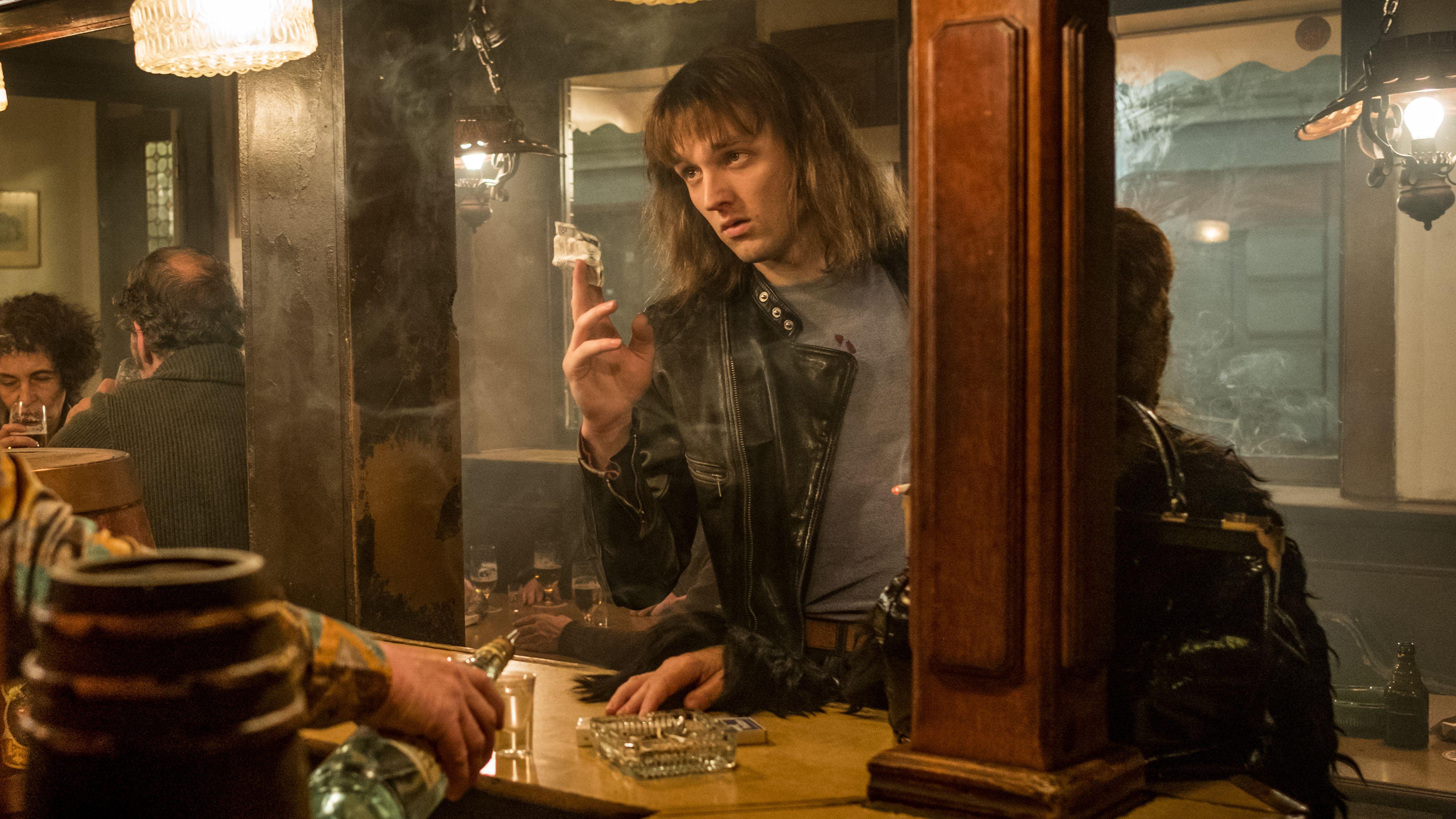 Filmstill: Jan Bülow bestellt als Udo Lindenberg am Tresen einer verrauchten Kneipe etwas zu Trinken