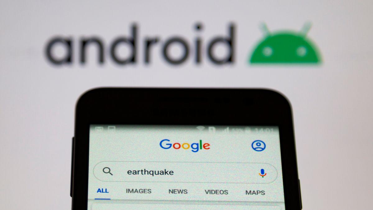 Smartphone mit Google-Suche und Android-Logo im Hintergrund.
