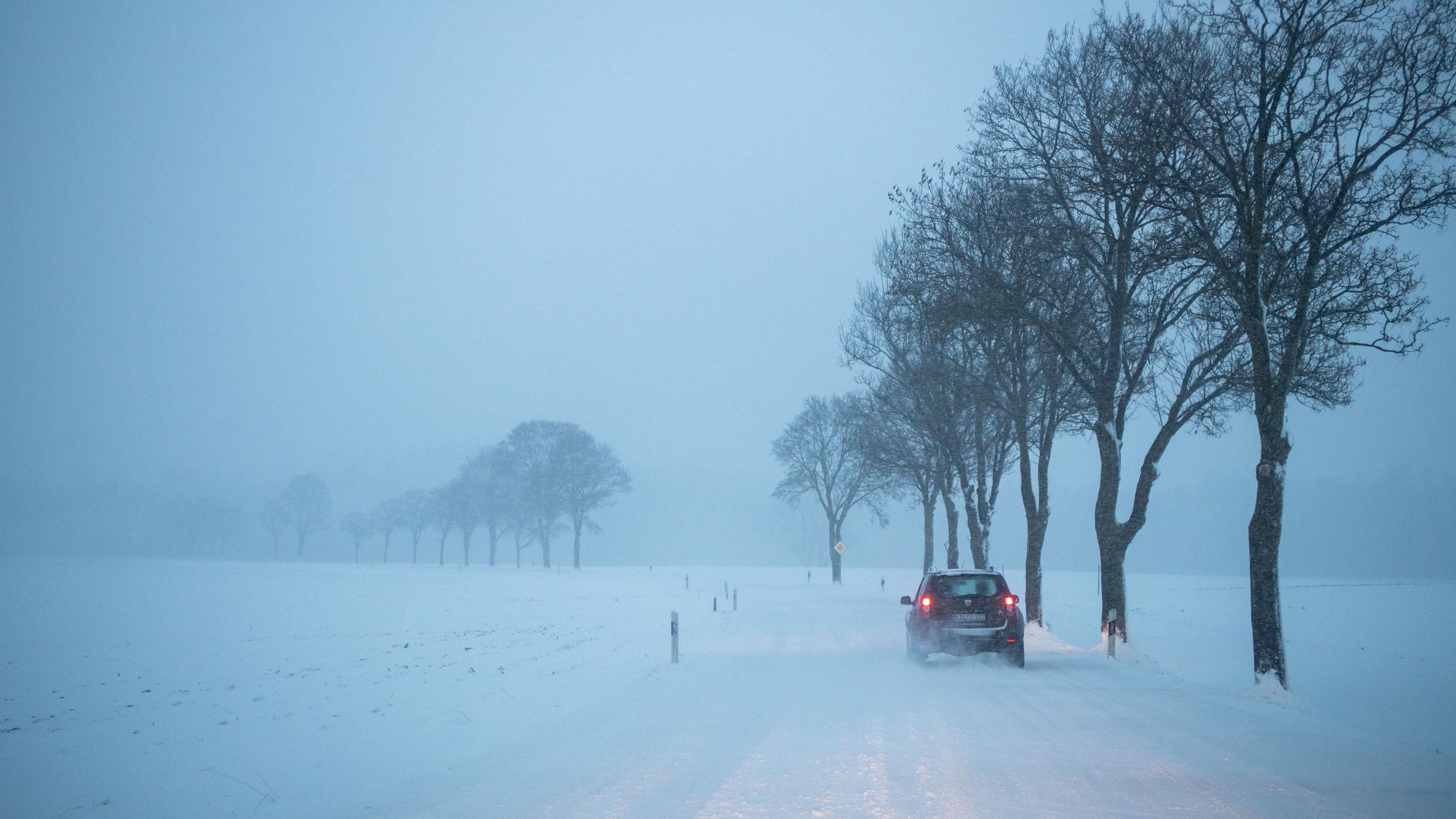 Auto auf verschneiter Straße in Hohenlinden (Oberbayern)
