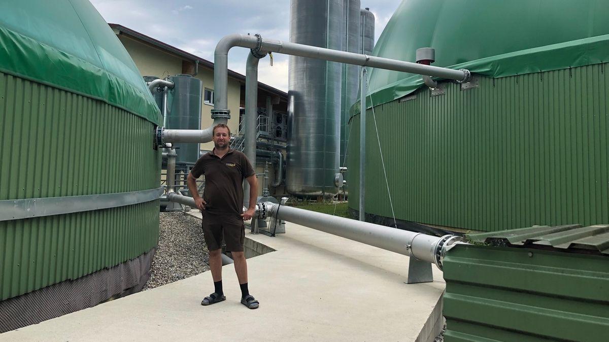 Johannes Hieber vor seiner Biogasanlage in Holzheim im Landkreis Dillingen.
