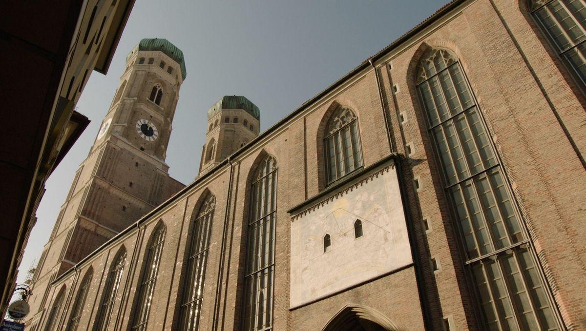 Wackelt der Dom? Hightech-Messgeräte zeichnen seit Jahren jede noch so kleine Bewegung der Frauenkirche auf.