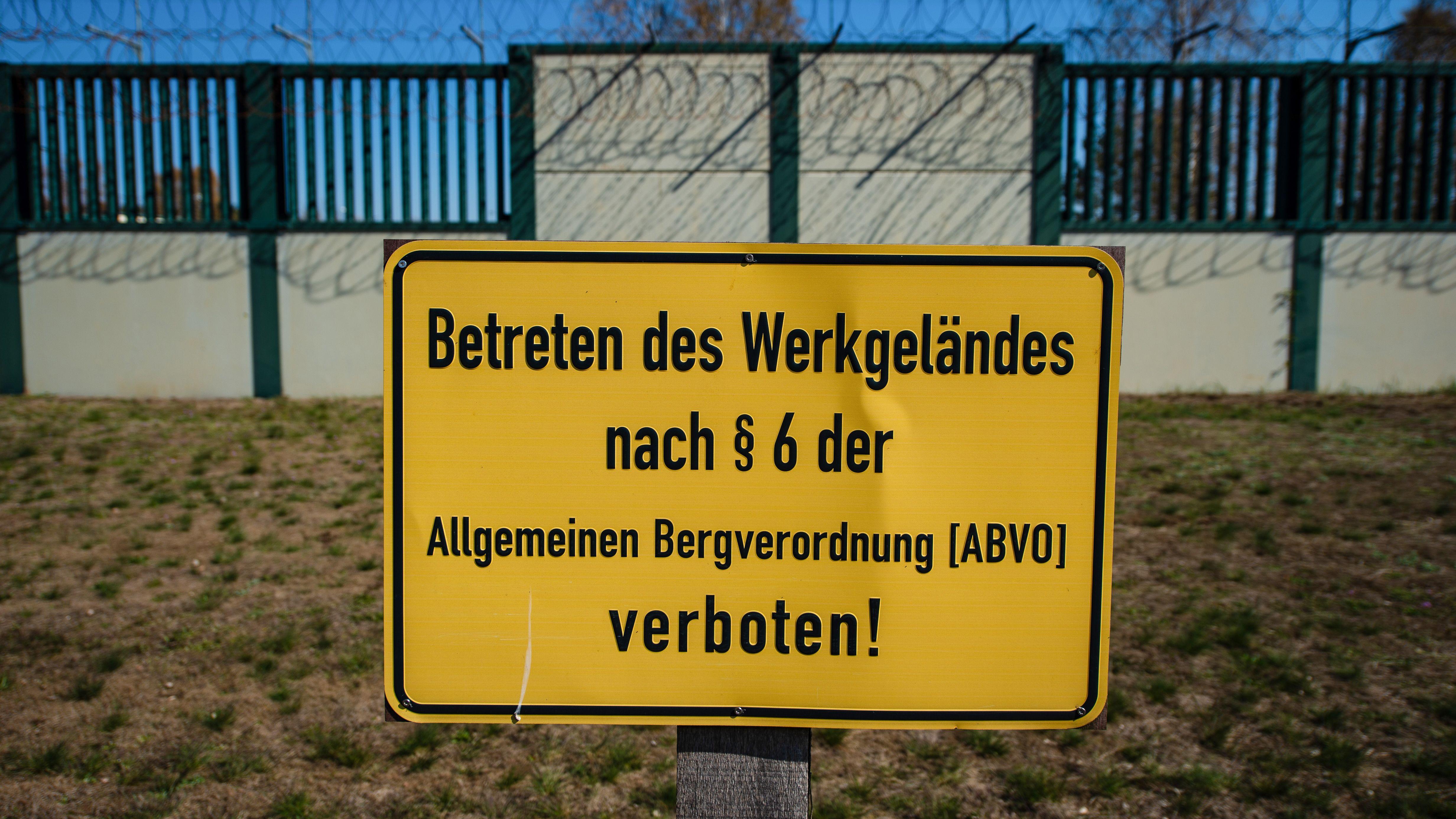 Eine Mauer mit sogenanntem Nato-Draht umschließt das ehemalige Erkundungsbergwerk im niedersächsischen Gorleben