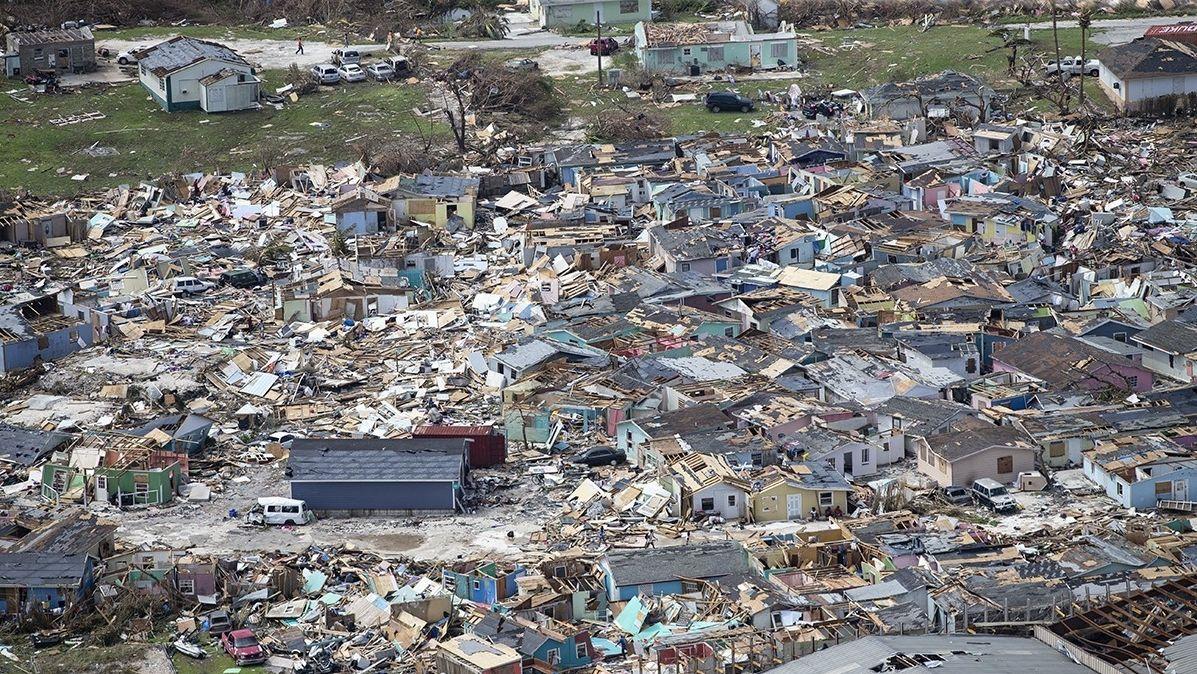 """Blick auf eine von Hurrikan """"Dorian"""" zerstörte Siedlung."""