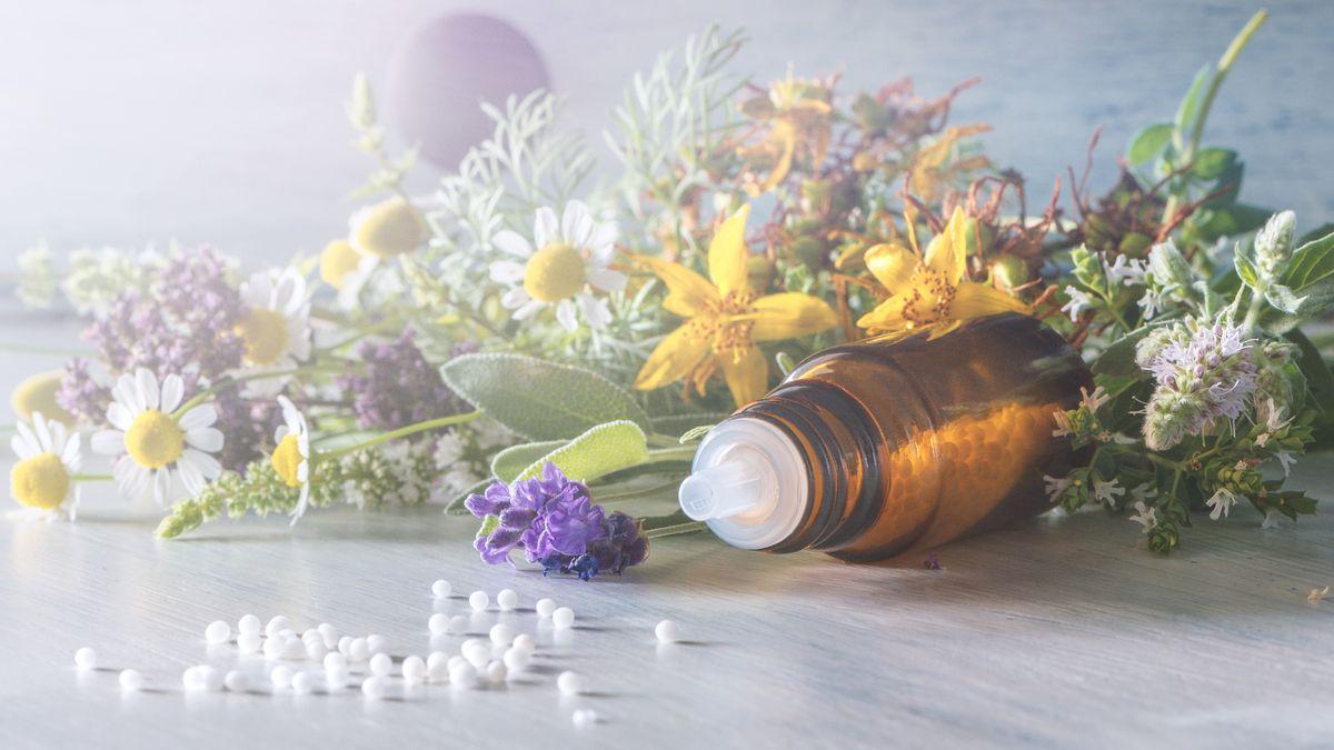 Ein Globuli-Fläschchen mit Blumen (Symbolbild)