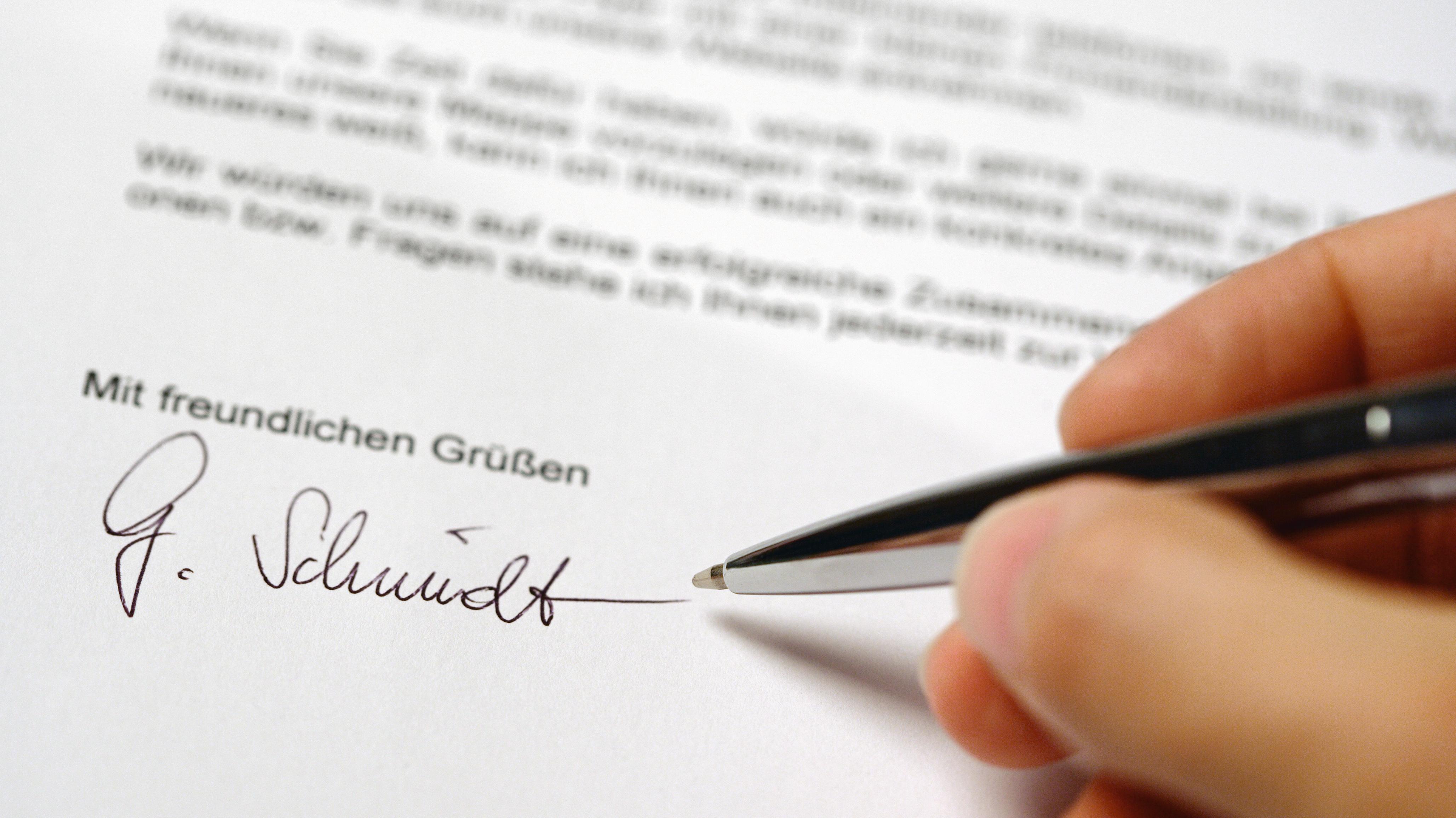 Brief mit Hand und Unterschrift