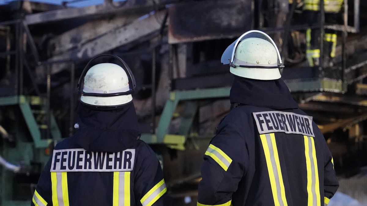 Nach Brand beschädigter Schwertransport-Tieflader auf der Autobahn (Symbolbild)
