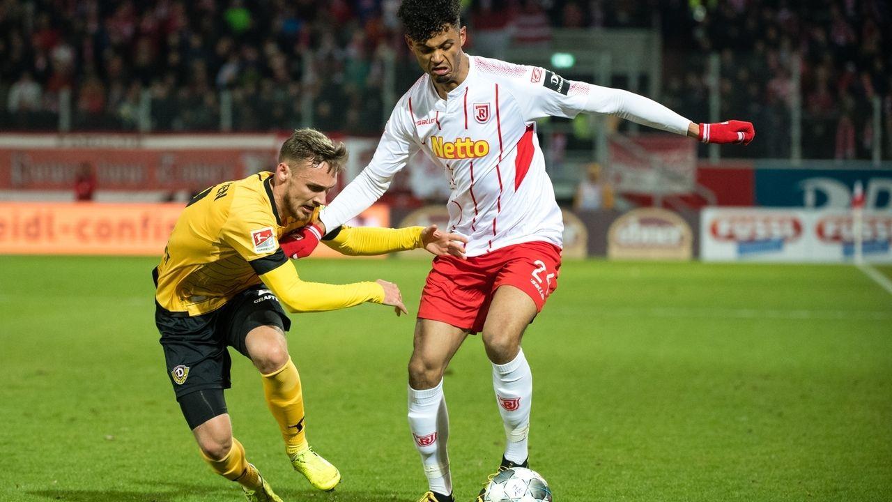 Aaron Seydel von Regensburg (r.) im Zweikampf mit Linus Wahlqvist