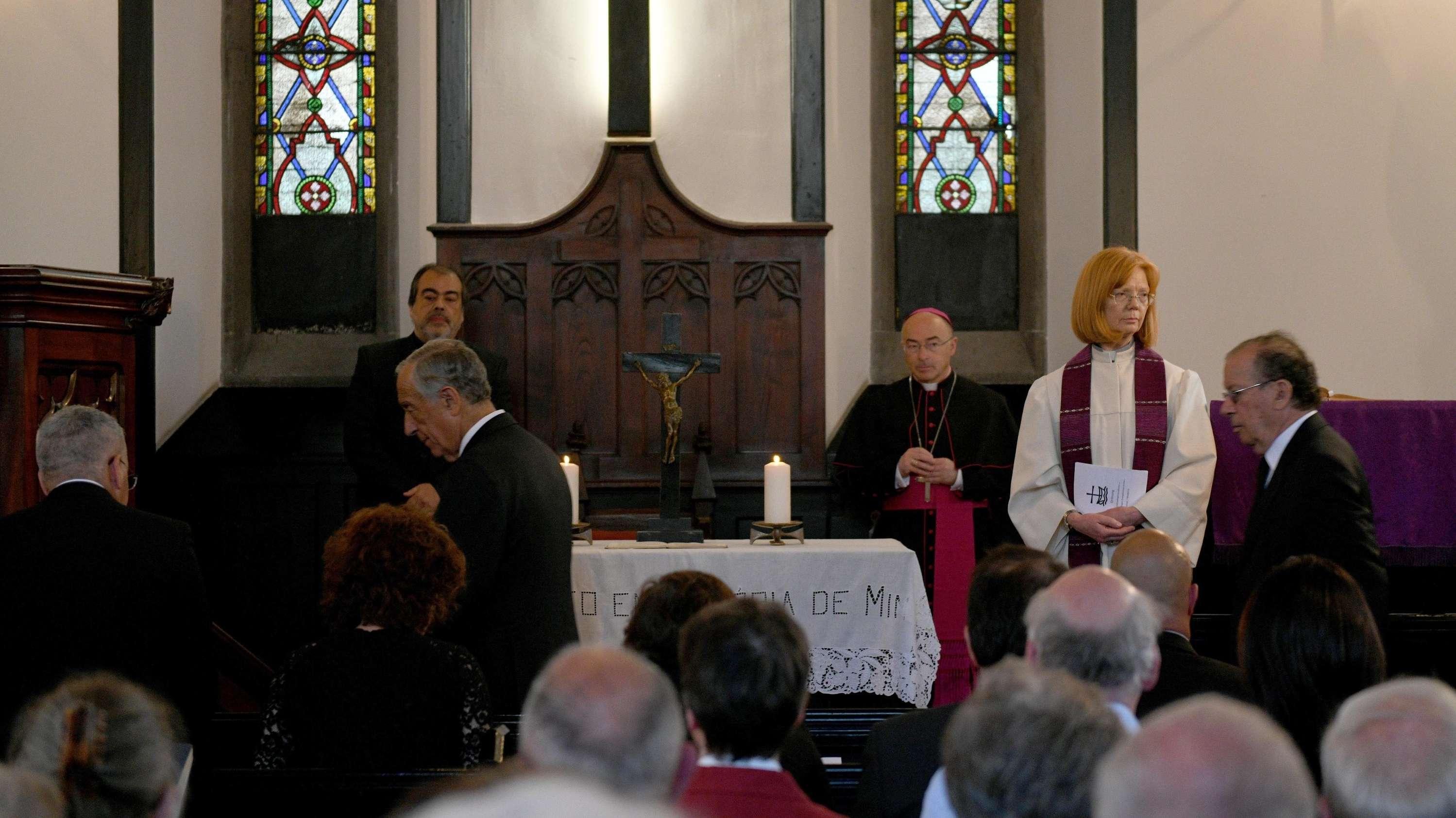Ilse Everlien Berardo (2.v.r.), deutsche Pastorin, steht neben Marcelo Rebelo de Sousa, (3.v.l.)  Präsident von Portugal, bei der Trauerfeier.