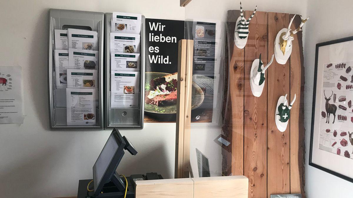 In der Wildbret-Verkaufsstelle liegen Rezepte aus