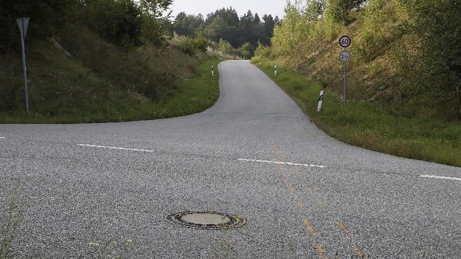 Die abschüssige Straße, auf der der Mann hinunter fuhr
