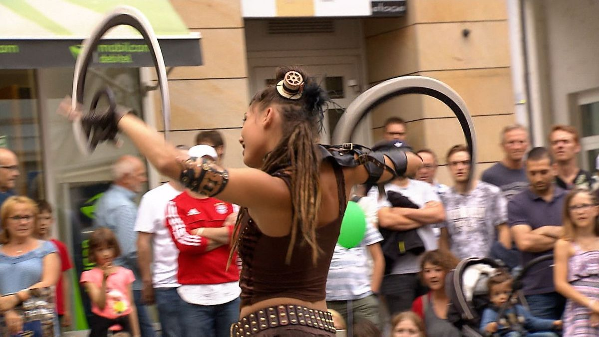 Eine Straßenkünstlerin zeigt ihr KÖnnen