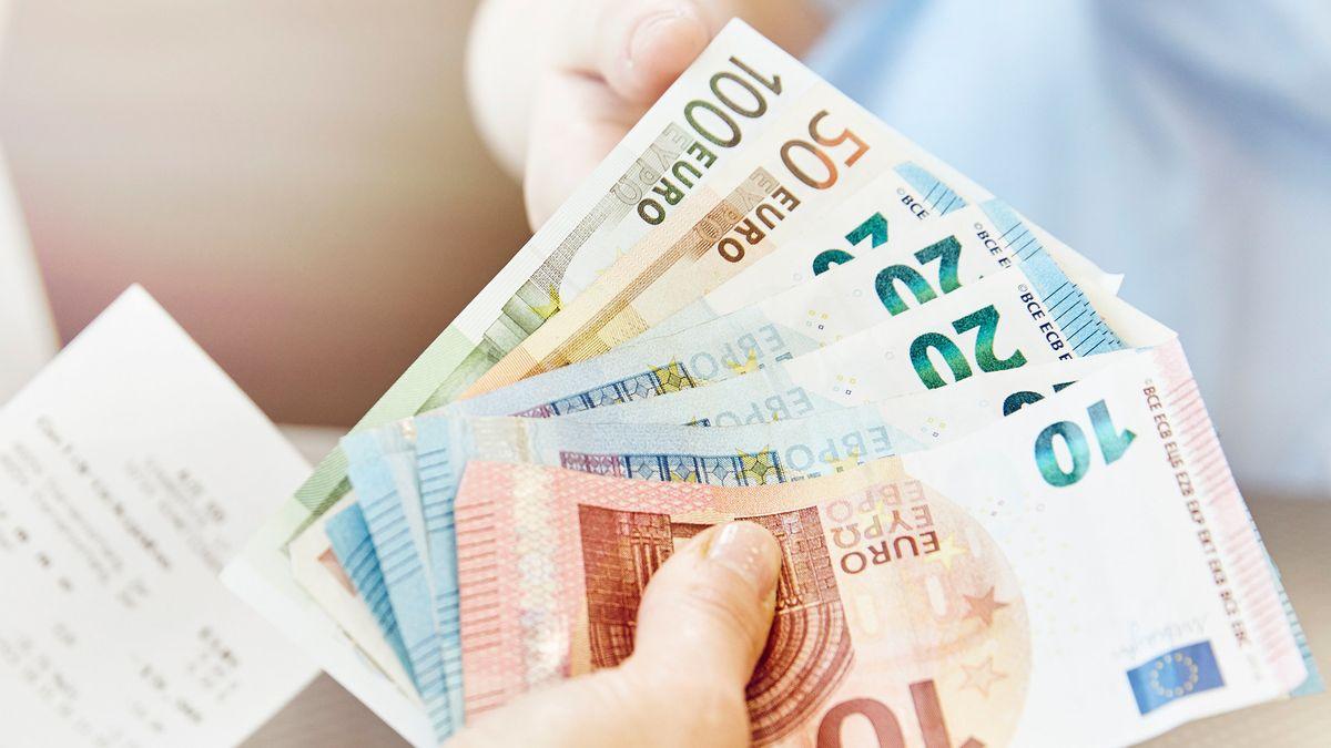 Hand mit Euro-Scheinen