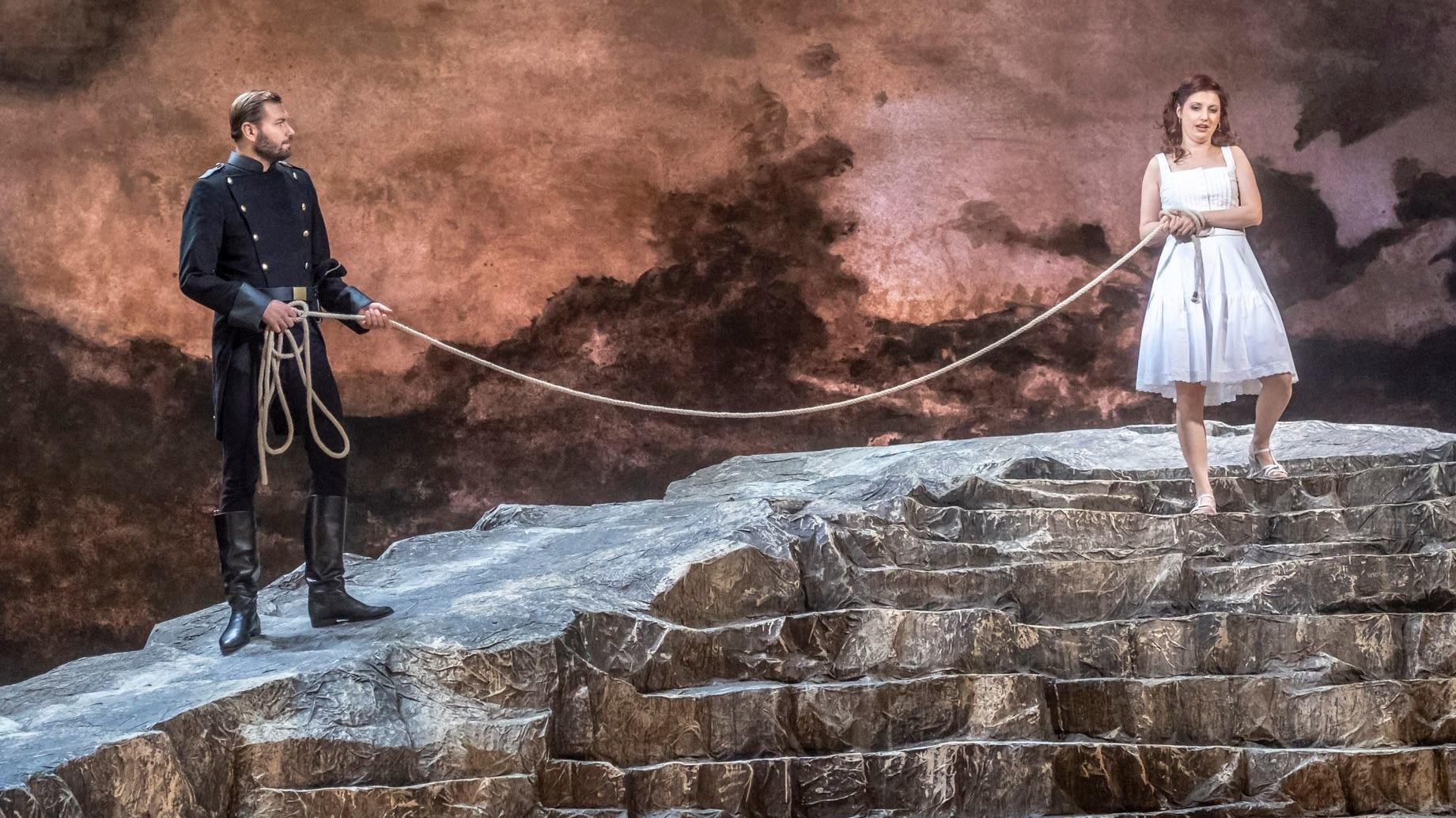 Don José führt seine Geliebte am Seil über den Felsen