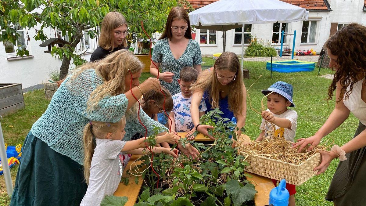 """Die Kinder des Trostberger Kindergartens """"Arche Noah"""" sind die Ersten, die in den Genuss von Hochbeeten für drei Kindergartengruppen kamen."""
